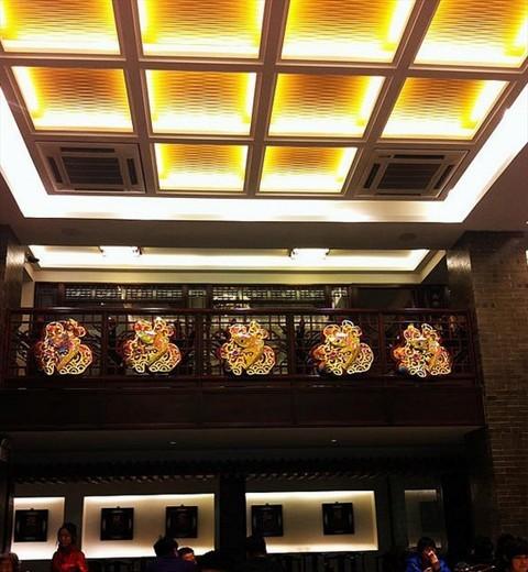 店里金灿灿的,中式装修风格,上下两层,下面是散台,上面是包间,他家最
