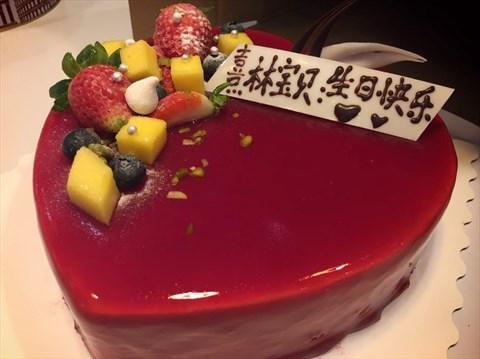 蓝莓蛋糕,款式比较简单,心形的蛋糕上面放了些芒果和草莓,蛋糕表层是